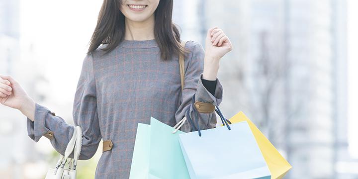 買い物で散財する女性