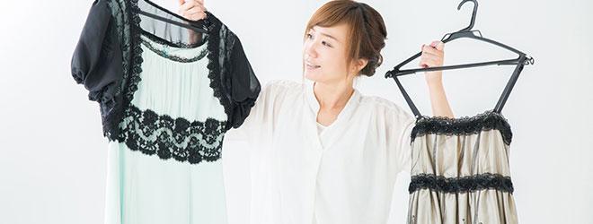 ドレスを選ぶ女性